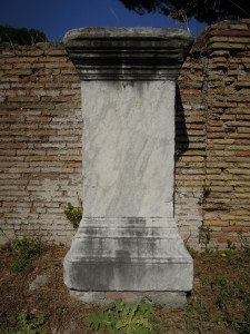was wird zersägt gerade SPÄTE Statuenbasen BSP aus Palästra